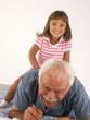 Nieta jugando con su abuelo.