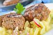 Knusprig gebratene Frikadellen auf Kartoffelsalat