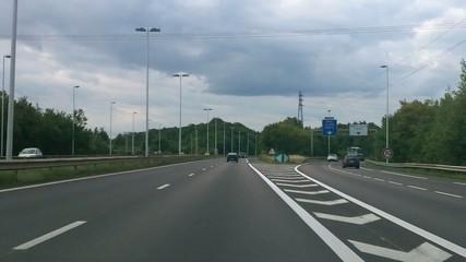 Sur l'autoroute : vitesse, voitures et panneaux