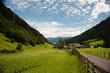 Paesaggio di montagna con cielo azzurro e staccionata