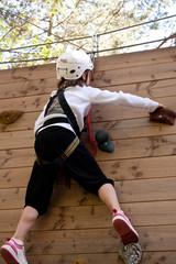 Mädchen im Kletterpark