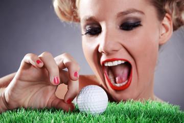 Frau möchte Golfball einlochen
