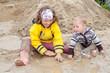 Kinder spielen im Modder