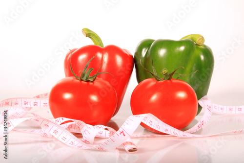 Rohes Gemüse mit einem Maßband