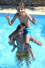 Jeux de piscine entre frères