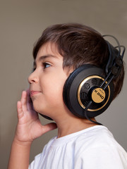 bambino che ascolta musica