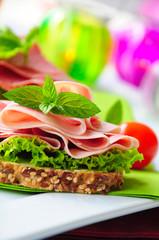 Saftiges Wurstbrot mit frischem Salat