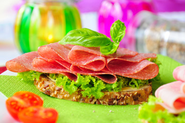 Salamibrot mit Salat und Tomaten