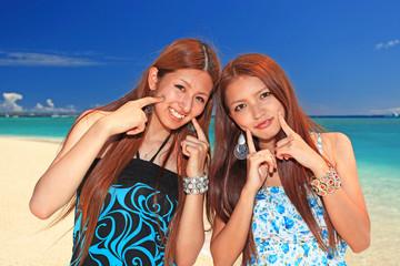 水納島のビーチで休日を過ごす二人の女性