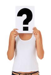 Weibliche Person hält sich Fragezeichen vor den Kopf