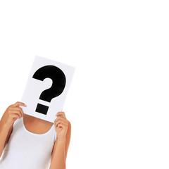 Junge Frau hält Fragezeichen vor ihren Kopf / extra copy space