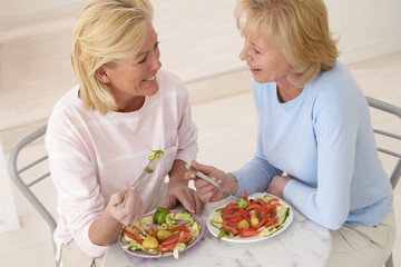 Femmes  autour d'une assiette de crudités