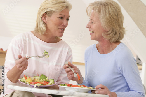 Complicité féminine autour du repas