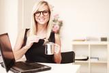 Sekretärin mit Kaffee im Büro