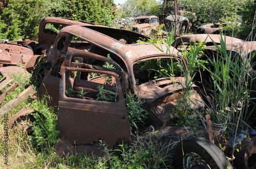 carcasse de veilles voiture dans une d charge de packshot photo libre de droits 34264482 sur. Black Bedroom Furniture Sets. Home Design Ideas