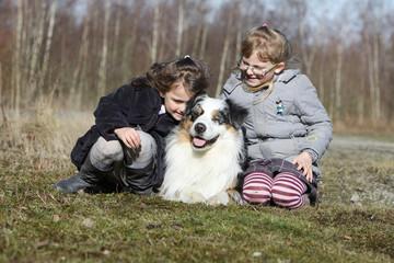 berger australien entouré de deux jeunes filles