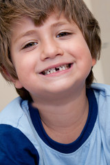 bambino che ha perso il primo dentino