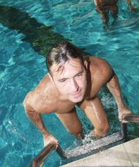 Hombre saliendo de una piscina.