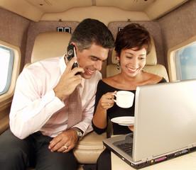 Negocios en un avión.