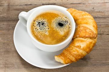 Tasse Kaffee mit knusprigem Croissant