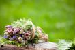 bouquet di fiori di campo in piccolo gerlo di vimini