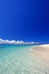 透き通る海と紺碧の空