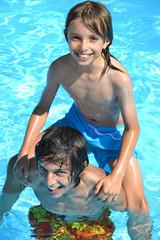 Jeux de piscine entre frères 02