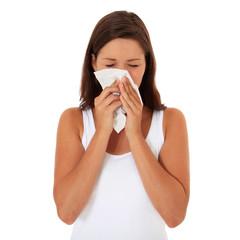 Attraktives Mädchen putzt sich die Nase