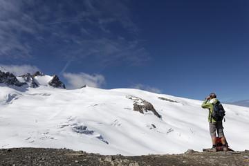 Observation aux jumelles du glacier