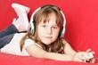 kleines Mädchen hört zuhause Musik