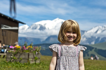 Jeune fille devant le Mont-Blanc