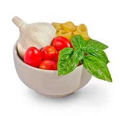 Pomodori aglio basilico e pasta in coppetta bianca