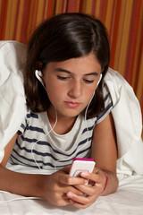 adolescente ascolta musica con mp3