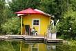 Gelbes Gartenhaus am See