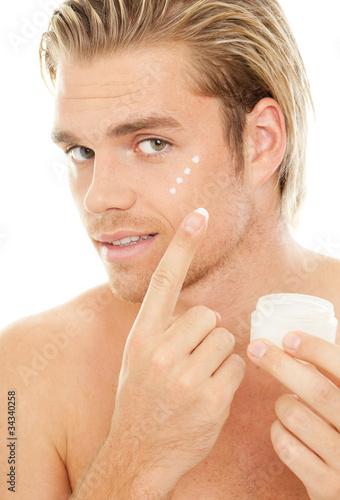 blonder mann mit tagescreme