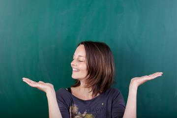 lächelnde frau hält zwei dinge in den händen