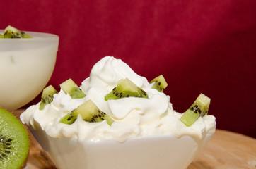 yogurt e panna con kiwi