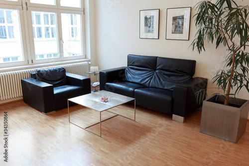 moderne sitzecke mit sessel und ledercouch von photowahn lizenzfreies foto 34350864 auf. Black Bedroom Furniture Sets. Home Design Ideas