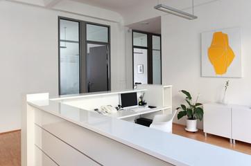 Tresen Rezeption Vorraum mit PC und Telefon vor den Büros