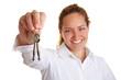Frau hält Schlüsselbund