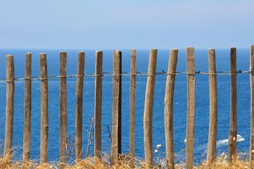 clôture en bois sur front de mer