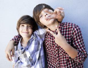 jeunes garçons heureux
