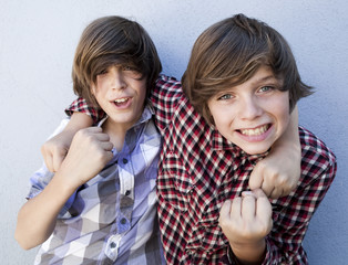 jeunes garçons positifs