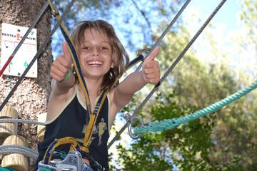 Activité Accrobranche - Enfant heureux - Réussite