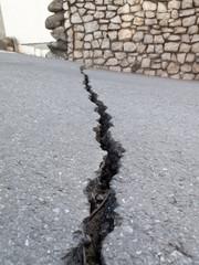 地震による地割れ