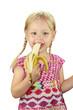 kleines Mädchen beim Banane essen