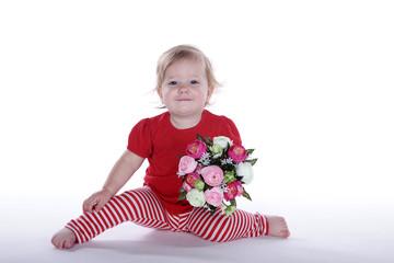 Kleines Mädchen blickt süß mit Blumenstrauß