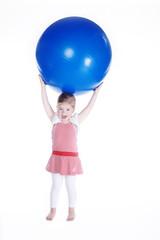 Junges Mädchen trägt großen Ball und lacht