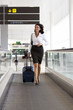 Frau rennt zum Flugzeug