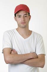 Hombre joven  con brazos cruzados